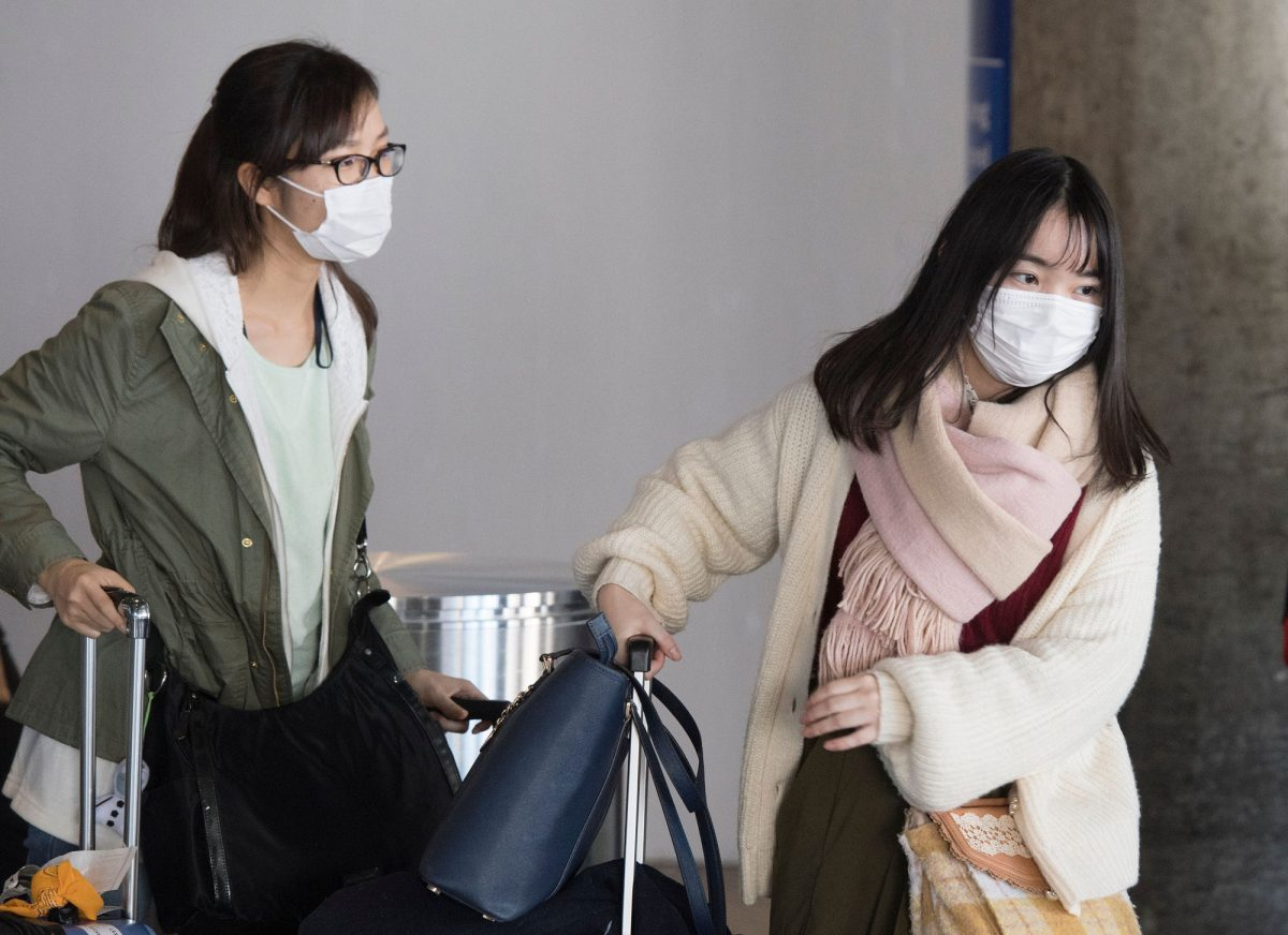 Passengers-wear-face-masks-against-coronavirus