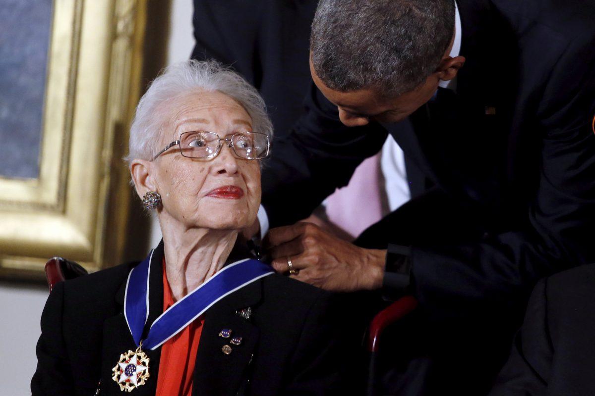 Obama-hands-medal-of-honor
